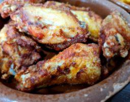 Racion de alitas y muslitos de pollo.