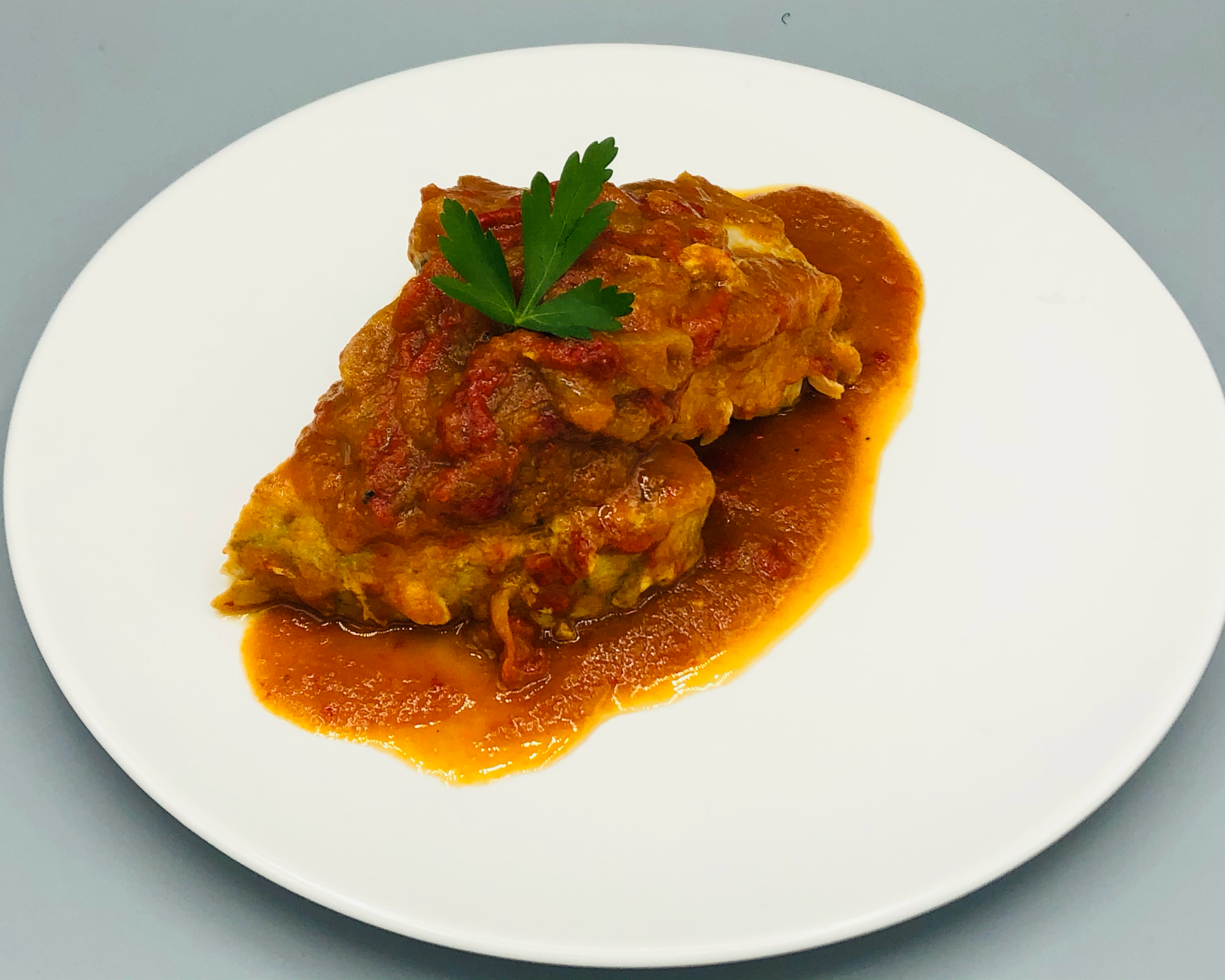 Bonito con tomate y piperrada